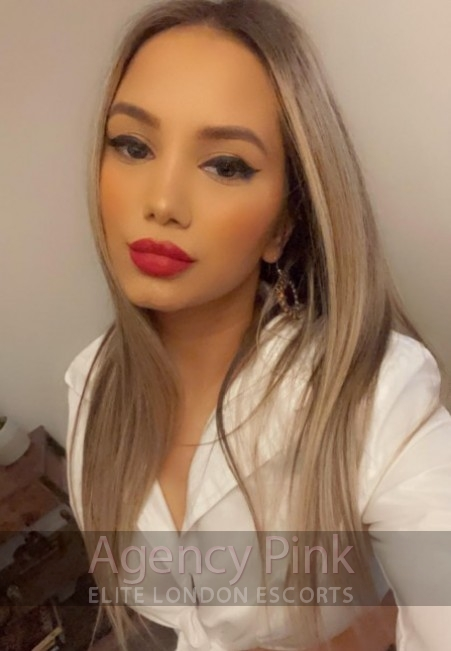 A recent natural selfie photo of beautiful high end London escort Katherine